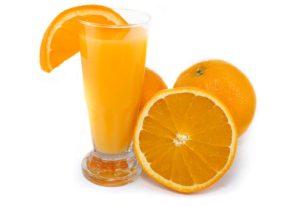 Zumo recién exprimido con naranjas de Valencia