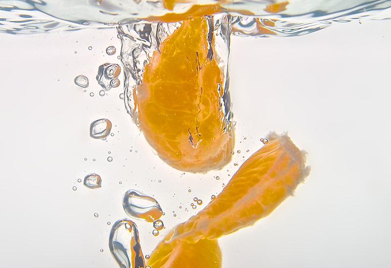 Gajos de mandarina sumergidos en agua