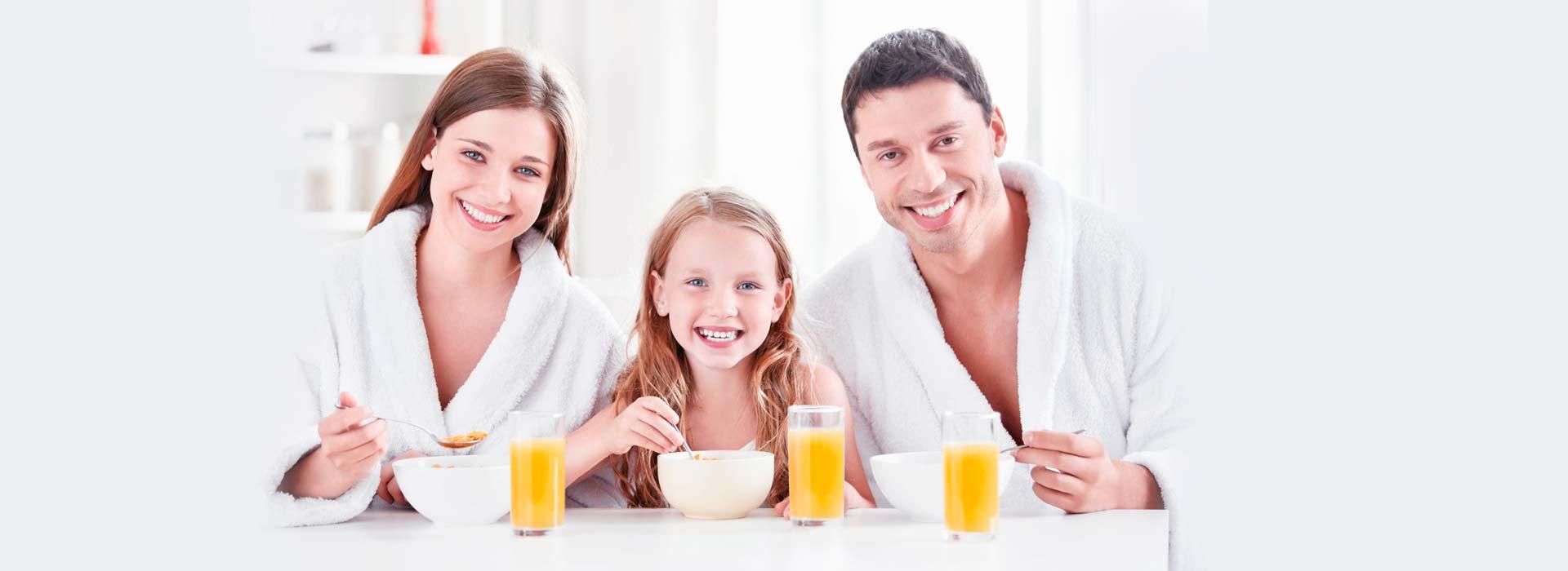 Familia desayunando con Naranja de Valencia